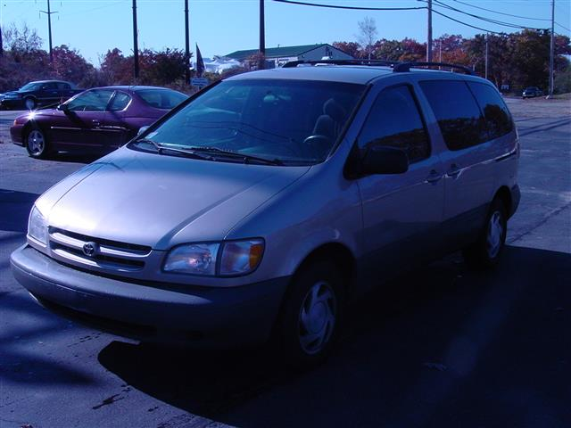 Used 2000 Toyota Sienna in Shrewsbury, Massachusetts